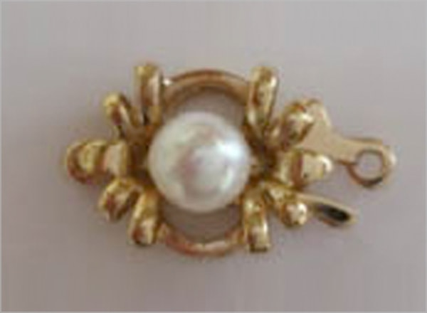 Single pearl clasp with leaf decoration