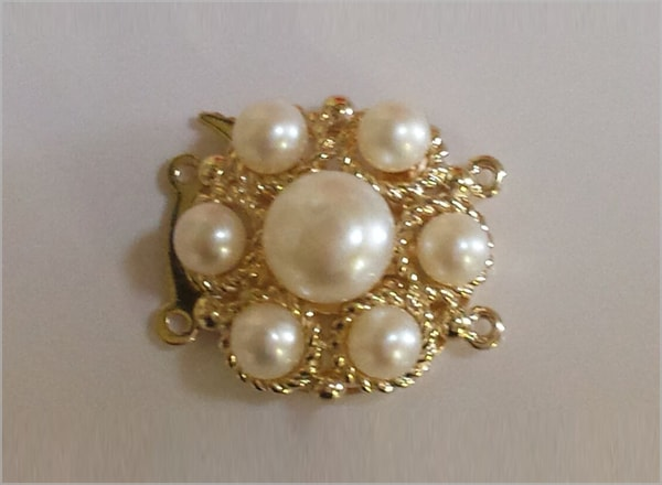 9ct YG clasp with centre pearl and surrounding pearls
